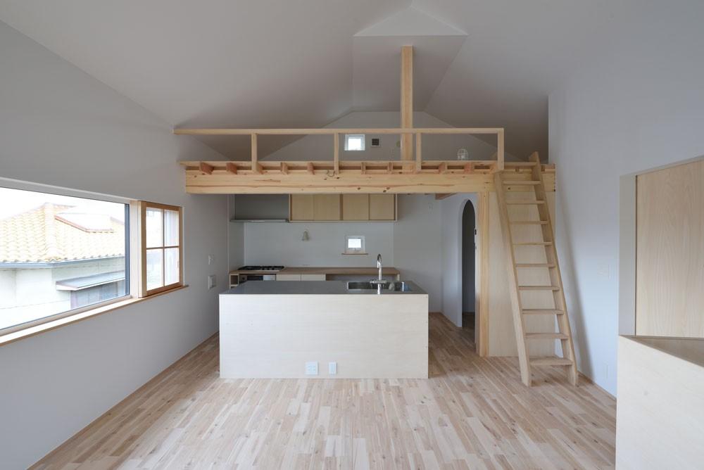木々と木の窓の家 (ダイニングキッチン・ロフト)