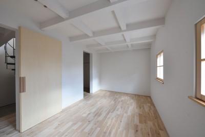 主寝室 (木々と木の窓の家)