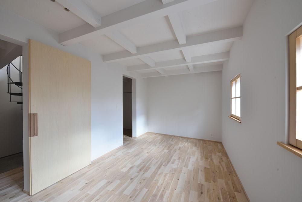 ベッドルーム事例:主寝室(木々と木の窓の家)