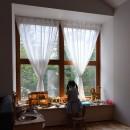 木々と木の窓の家の写真 木の出窓