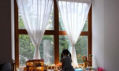 木の出窓|木々と木の窓の家