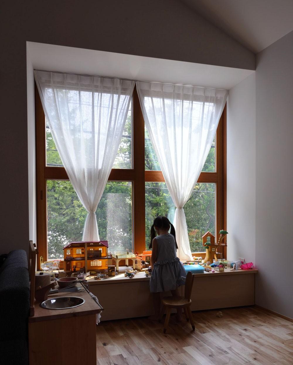 子供部屋事例:木の出窓(木々と木の窓の家)