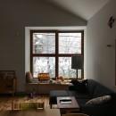木々と木の窓の家の写真 雪の日のリビング