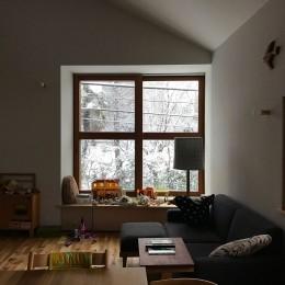 木々と木の窓の家 (雪の日のリビング)
