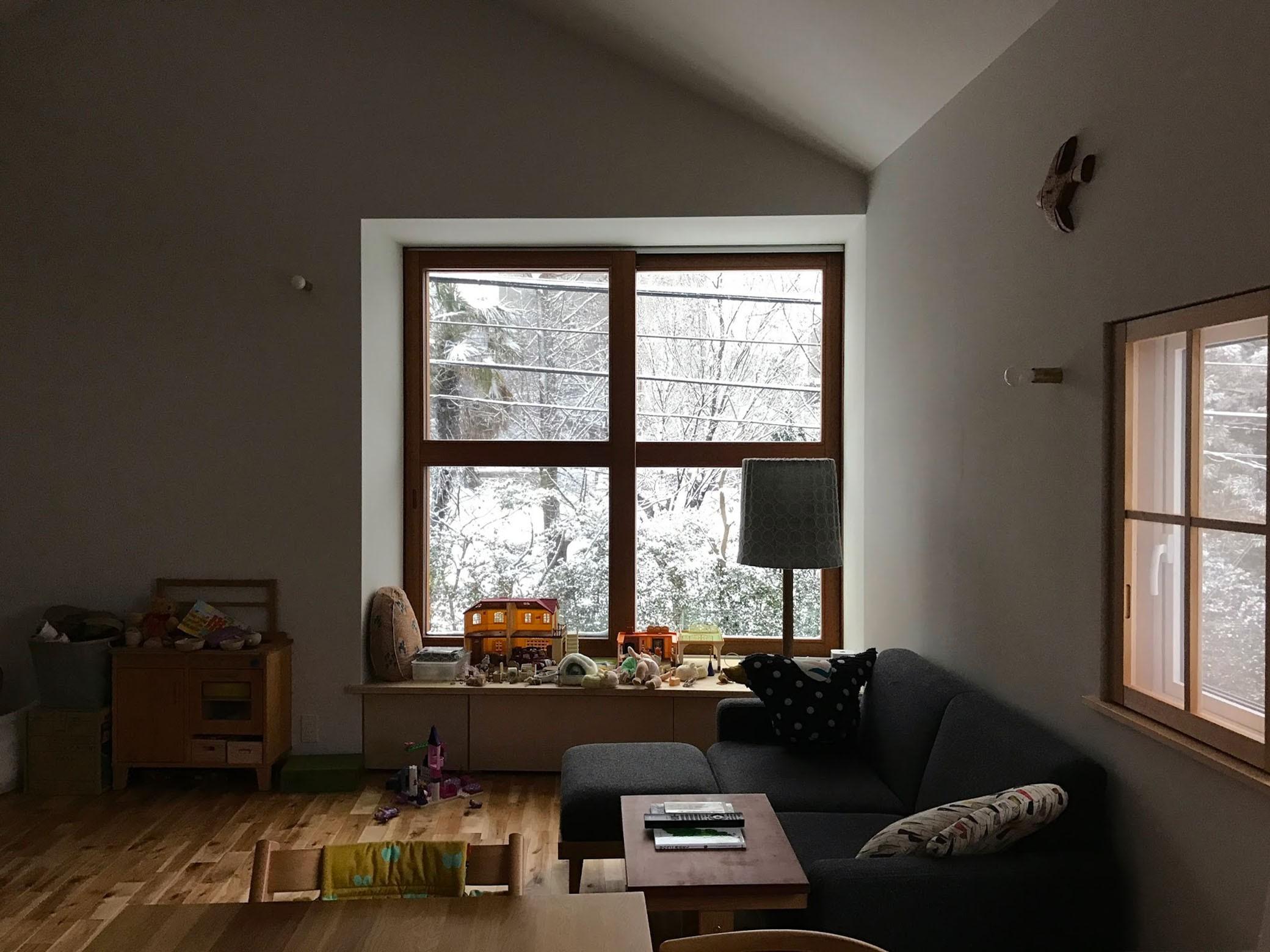 リビングダイニング事例:雪の日のリビング(木々と木の窓の家)