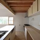 木々と木の窓の家の写真 キッチン