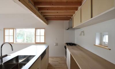 キッチン|木々と木の窓の家