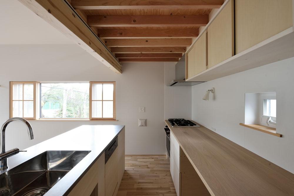 木々と木の窓の家 (キッチン)
