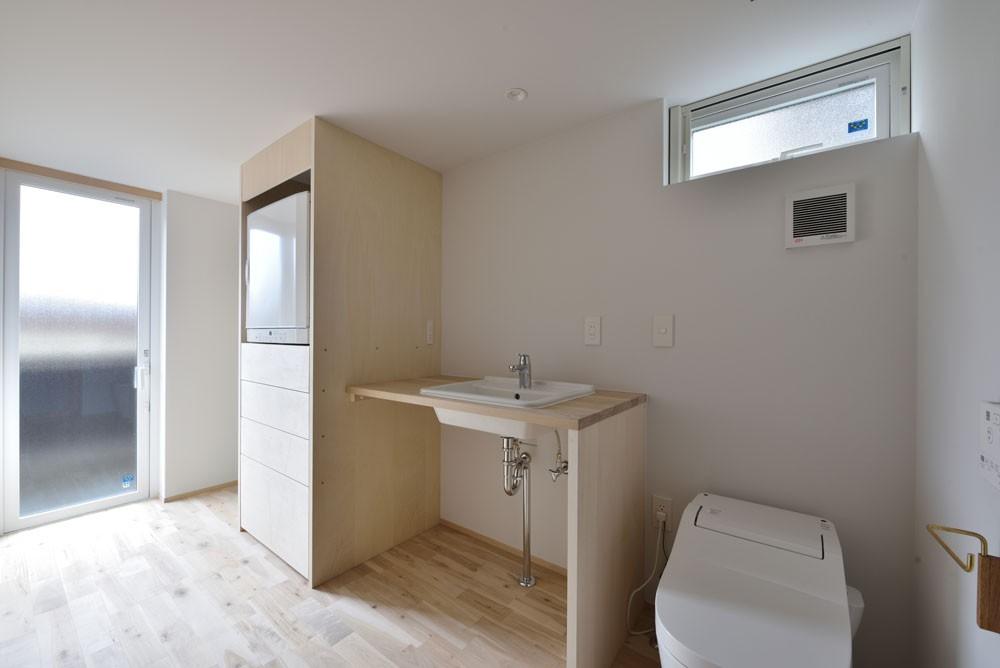 バス/トイレ事例:ユーティリティ(木々と木の窓の家)