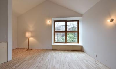 木々と木の窓の家 (リビングと照明)