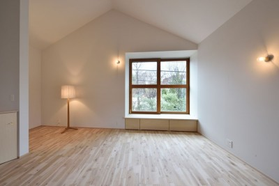 リビングと照明 (木々と木の窓の家)