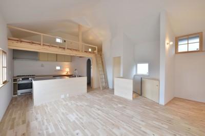 木々と木の窓の家 (ダイニングキッチンと階段・ロフト)