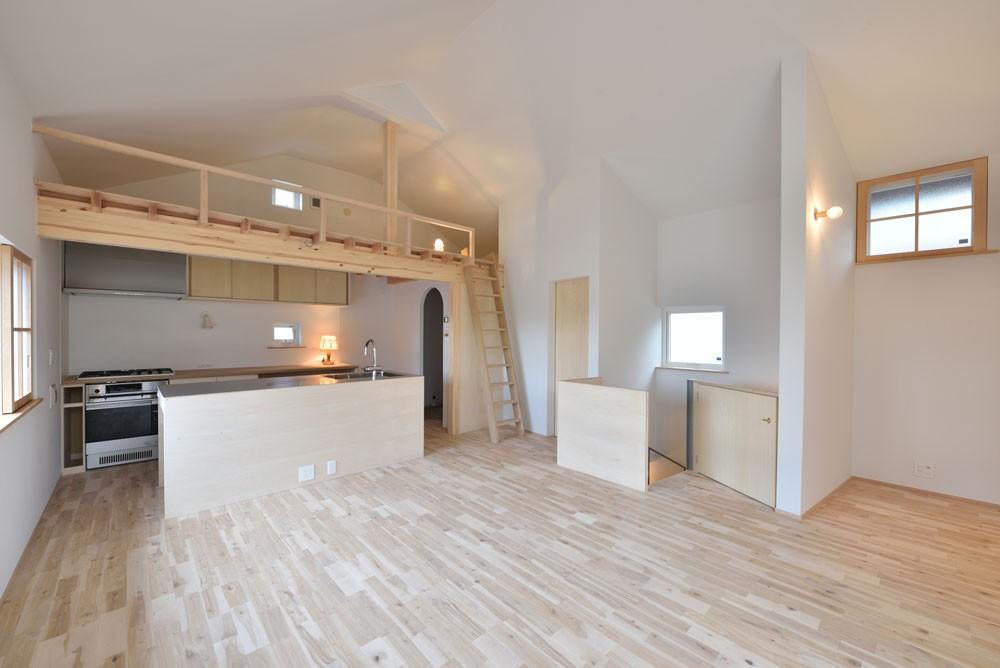 リビングダイニング事例:ダイニングキッチンと階段・ロフト(木々と木の窓の家)