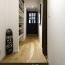 Carpenter's houseの写真 造作の靴収納がある廊下