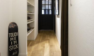 Carpenter's house (造作の靴収納がある廊下)