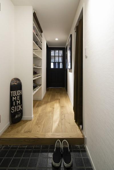 造作の靴収納がある廊下 (Carpenter's house)