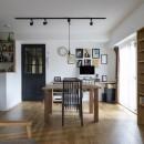 Carpenter's houseの写真 造作の家具が並ぶリビングダイニング