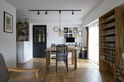 造作の家具が並ぶリビングダイニング (Carpenter's house)