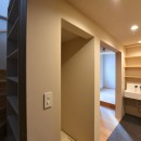 幾何学模様に出会えるまちの家の写真 階段と洗面スペース