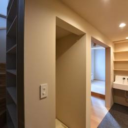 幾何学模様に出会えるまちの家 (階段と洗面スペース)