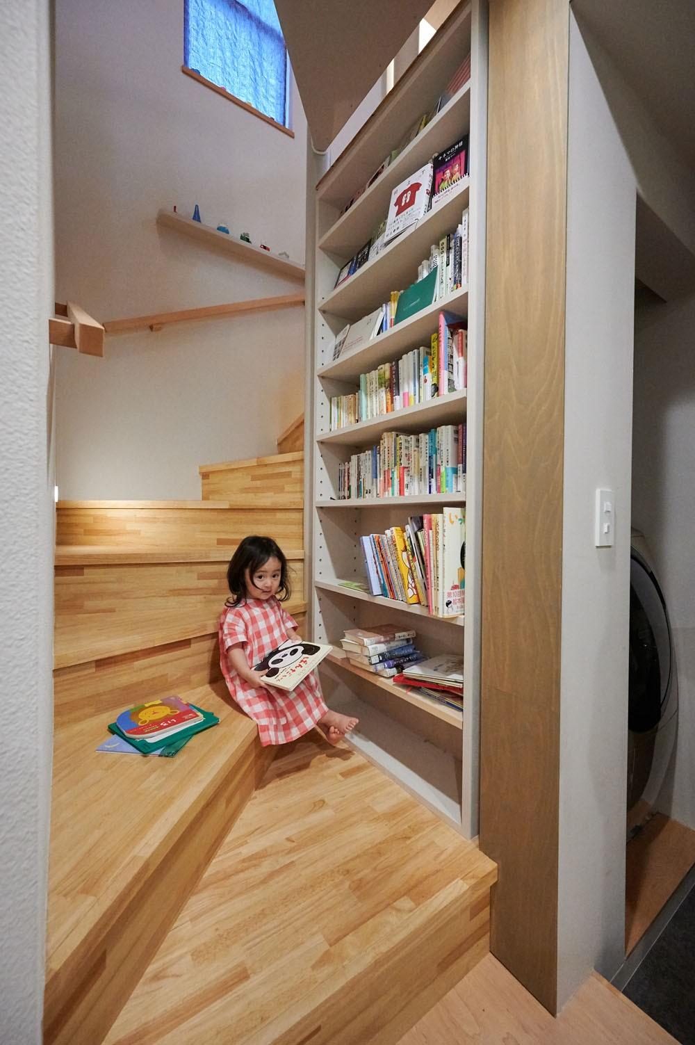 その他事例:階段下の読書スペース(幾何学模様に出会えるまちの家)