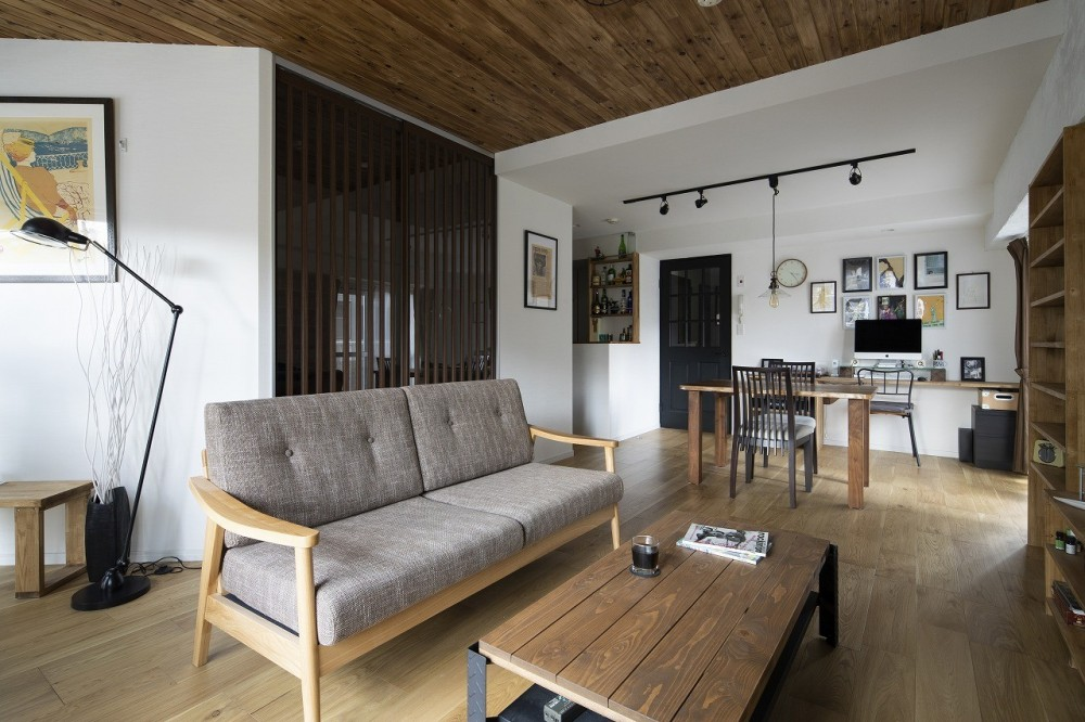 Carpenter's house (板張り天井が印象的なリビングダイニング)