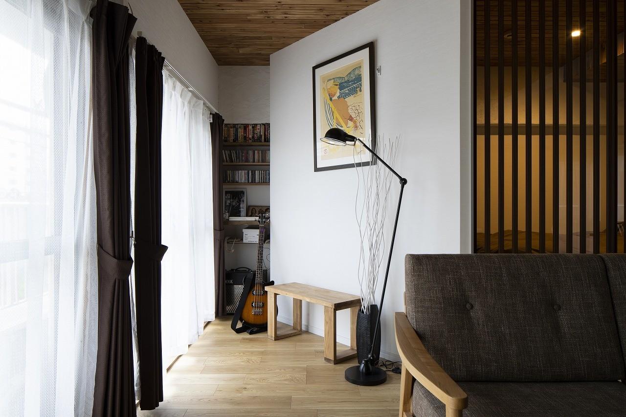 リビングダイニング事例:斜めの壁の休憩スペース(Carpenter's house)