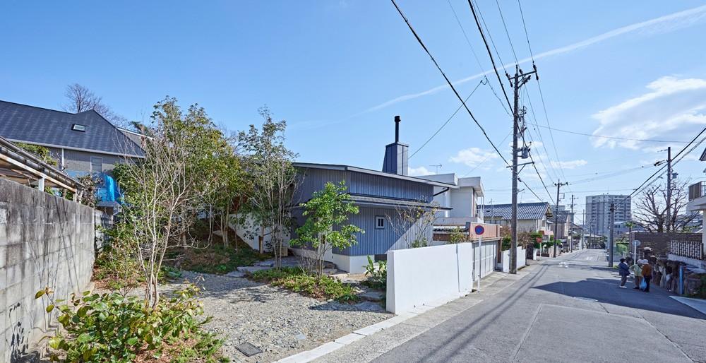 登り庭の家/徒歩15秒の山荘 (建物外観とアプローチ)
