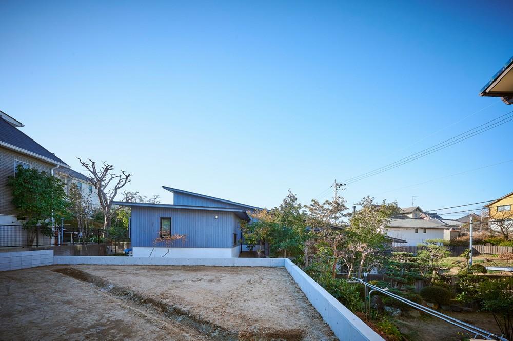 登り庭の家/徒歩15秒の山荘 (建物北側の庭と外観)