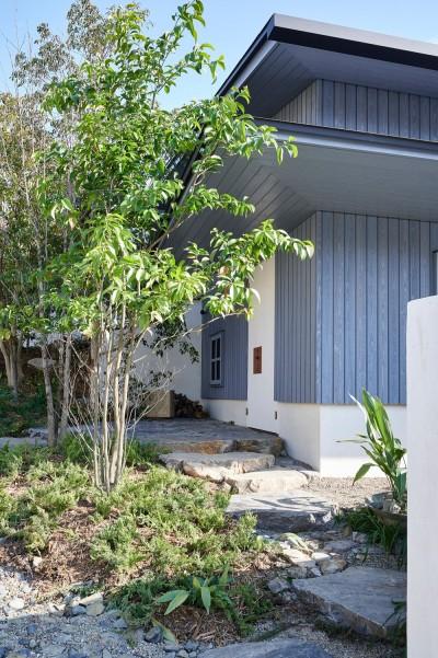 登り庭の家/徒歩15秒の山荘 (玄関へのアプローチ)