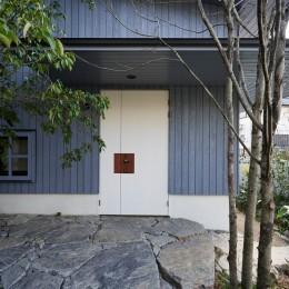 登り庭の家/徒歩15秒の山荘 (エントランス)