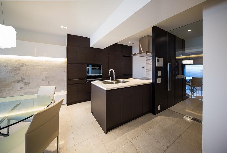 明るくて高級感溢れるラグジュアリーな空間(リノベーション)の写真 キッチン1