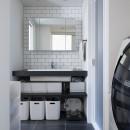"""""""好き""""を並べてすっきり暮らすの写真 モノトーンな洗面室"""