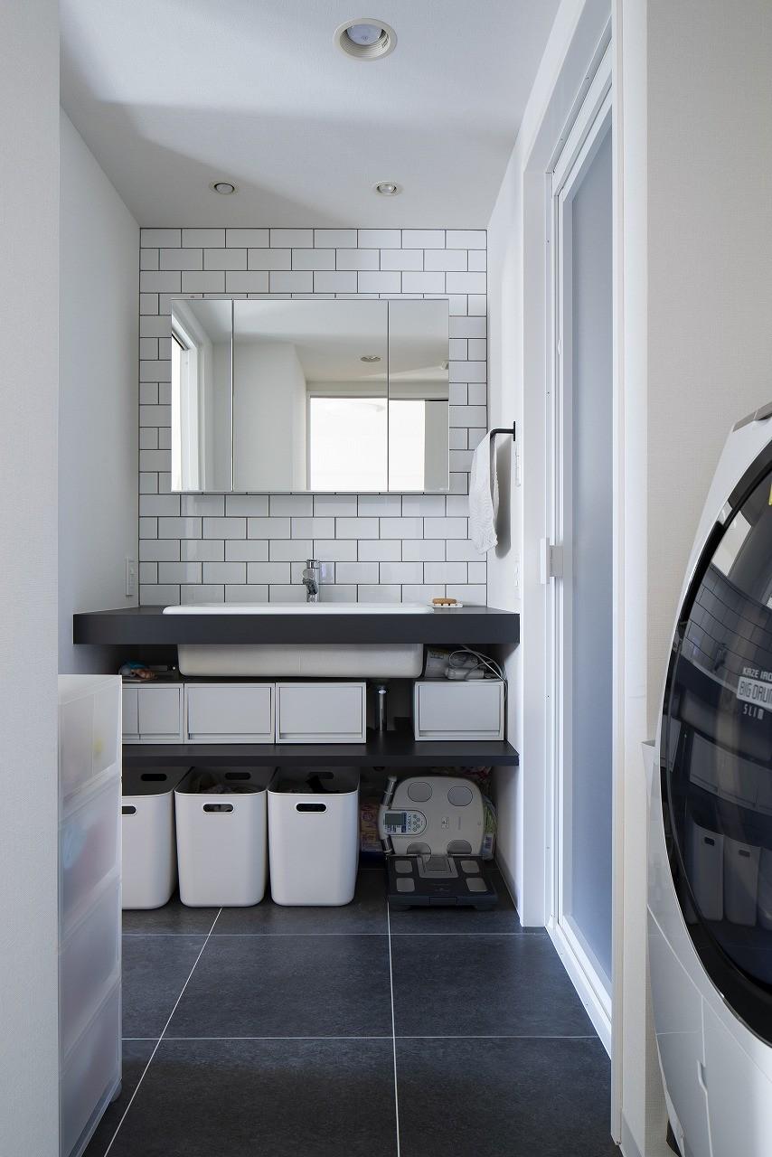 """バス/トイレ事例:モノトーンな洗面室(""""好き""""を並べてすっきり暮らす)"""