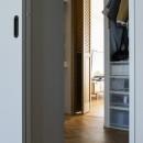"""""""好き""""を並べてすっきり暮らすの写真 リビングと寝室を繋げるWTC"""
