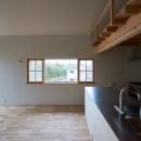 木々と木の窓の家の写真 両袖縦すべり出し窓+木製網戸