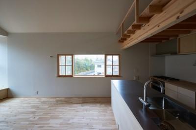 木々と木の窓の家 (両袖縦すべり出し窓+木製網戸)