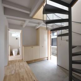 木々と木の窓の家 (エントランスホールと螺旋階段)