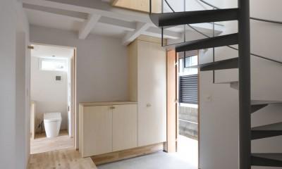 エントランスホールと螺旋階段|木々と木の窓の家