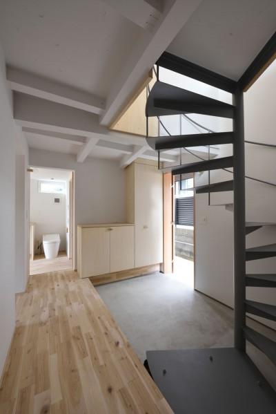 エントランスホールと螺旋階段 (木々と木の窓の家)