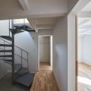 木々と木の窓の家の写真 螺旋階段と寝室まわりの回遊動線
