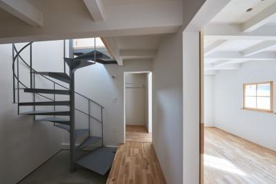 螺旋階段と寝室まわりの回遊動線 (木々と木の窓の家)