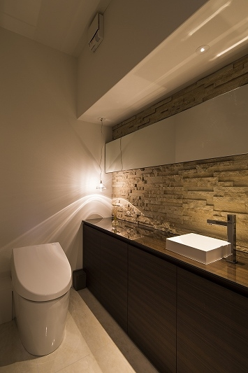 明るくて高級感溢れるラグジュアリーな空間(リノベーション)の写真 トイレ2