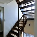 18坪の敷地にたつ収納たっぷりのコンパクトな家の写真 光の抜ける階段