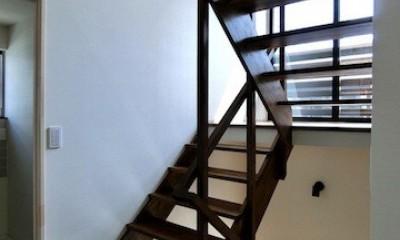 18坪の敷地にたつ収納たっぷりのコンパクトな家 (光の抜ける階段)