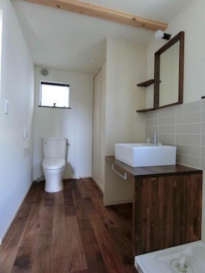 洗面スペース (18坪の敷地にたつ収納たっぷりのコンパクトな家)