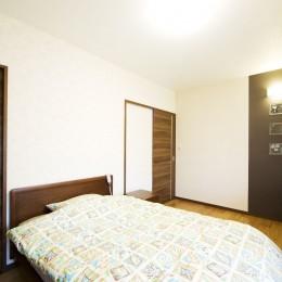 モダンでくつろぎのあるデザイン (寝室)