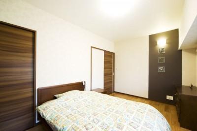 寝室 (モダンでくつろぎのあるデザイン)