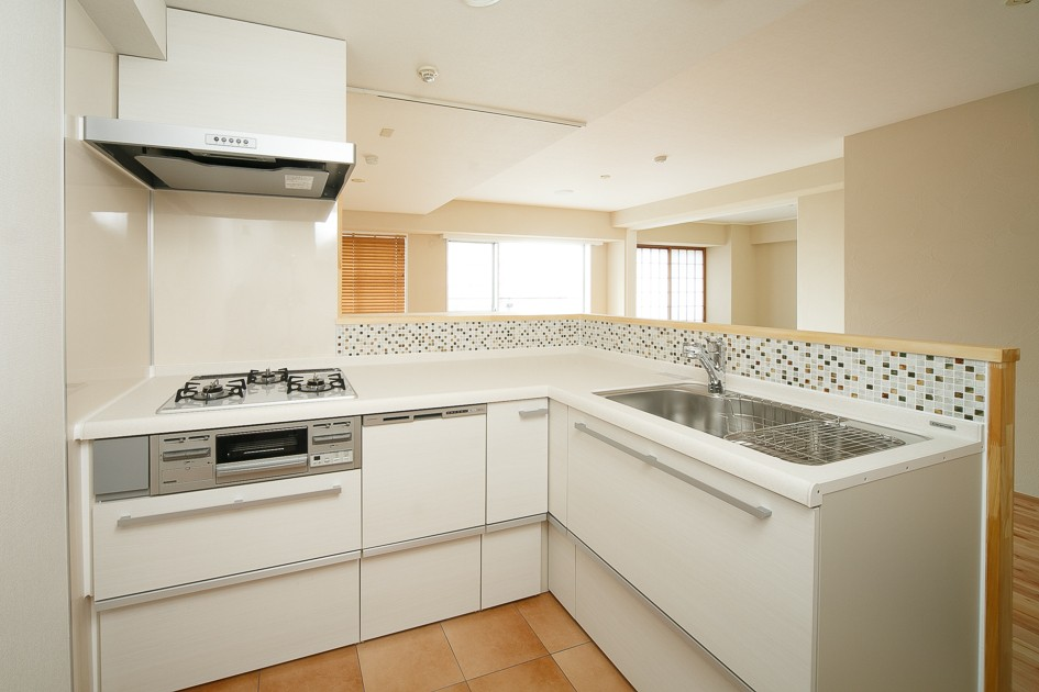 日の当たる広く開放的なリビングが自慢の家 (キッチン)