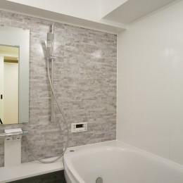 日の当たる広く開放的なリビングが自慢の家 (浴室)